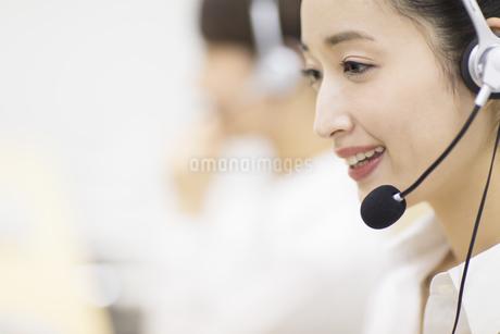 応対するカスタマーセンターの女性の写真素材 [FYI02971490]