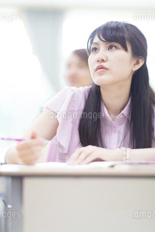 授業を受ける女子学生の写真素材 [FYI02971496]