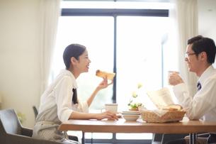 出勤前の朝食で会話する夫婦の写真素材 [FYI02971500]