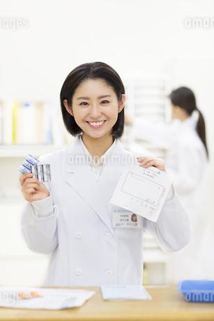 薬を持つ女性薬剤師の写真素材 [FYI02971507]