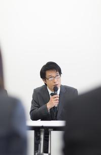 会見をするビジネス男性の写真素材 [FYI02971515]