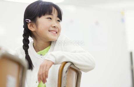 教室椅子に座って振り向く女の子の写真素材 [FYI02971517]