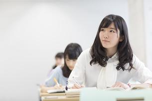 授業を受ける女子学生の写真素材 [FYI02971526]