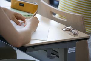 教室で授業を受ける学生の手の写真素材 [FYI02971536]