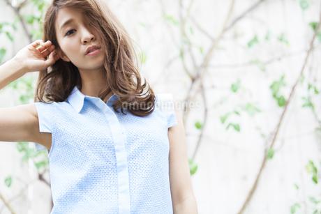 若い女性のポートレートの写真素材 [FYI02971540]