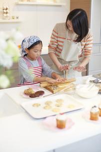 お菓子作りをする母と娘の写真素材 [FYI02971549]