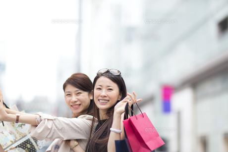 タブレットPCを持つ買物中の女性の写真素材 [FYI02971550]