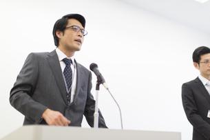 演台で話すビジネス男性の写真素材 [FYI02971575]