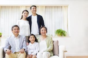 集合して上を見る三世代家族の写真素材 [FYI02971576]
