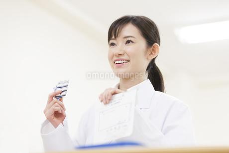薬の説明をする女性薬剤師の写真素材 [FYI02971584]