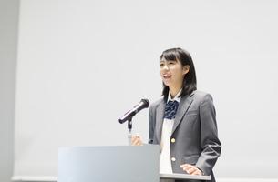 演台で話す女子高校生の写真素材 [FYI02971585]