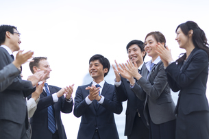 拍手をするビジネス男女の写真素材 [FYI02971593]