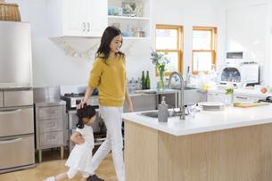 キッチンで料理の準備をする親子の写真素材 [FYI02971595]