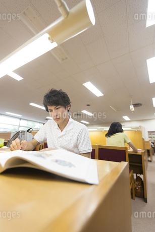 図書室で勉強する男子学生の写真素材 [FYI02971597]