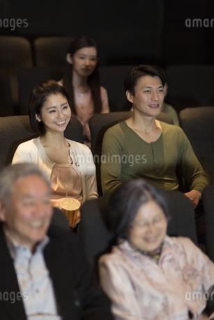映画を観るカップルの写真素材 [FYI02971600]