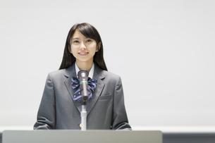演台で話す女子高校生の写真素材 [FYI02971605]