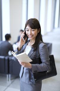 スマートフォンで通話するビジネス女性の写真素材 [FYI02971609]