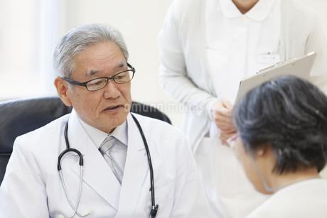 患者に問診をする男性医師の写真素材 [FYI02971613]