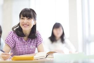 授業を受ける女子学生の写真素材 [FYI02971623]