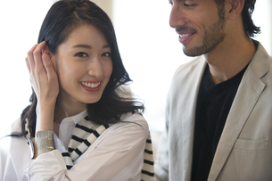 微笑む男性と女性のポートレートの写真素材 [FYI02971626]