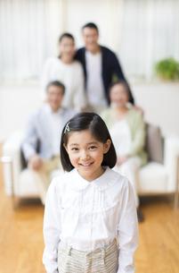 家族の前で微笑む女の子の写真素材 [FYI02971629]