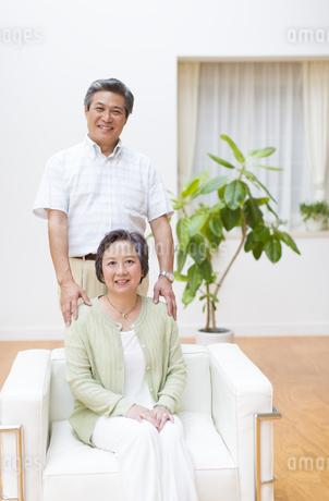 ソファーで微笑むシニア夫婦の写真素材 [FYI02971635]