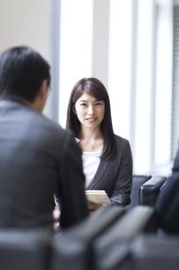 打ち合わせをするビジネス女性の写真素材 [FYI02971643]