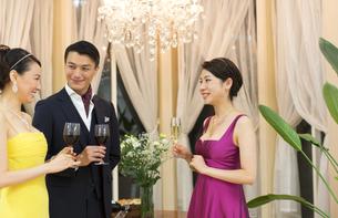 パーティーで歓談する男女の写真素材 [FYI02971648]