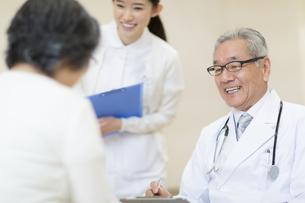 患者に問診をする男性医師の写真素材 [FYI02971653]