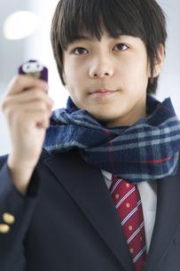 お守りを持つ男子学生の写真素材 [FYI02971659]