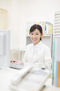 パソコンをする女性看護師の写真素材 [FYI02971660]