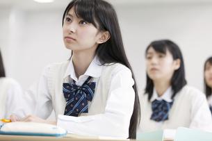 授業を受ける女子高校生の写真素材 [FYI02971680]