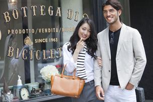 ウィンドウショッピングを楽しむ男性と女性の写真素材 [FYI02971688]