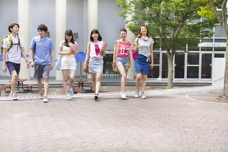 キャンパスを並んで歩く学生たちの写真素材 [FYI02971689]