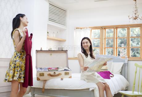 旅行の準備をする2人の女性の写真素材 [FYI02971690]