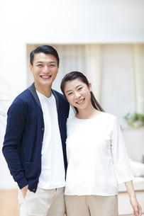 肩を寄せて笑顔の夫婦の写真素材 [FYI02971691]