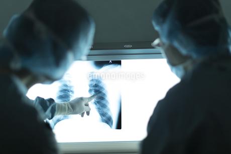 レントゲン写真を見る男性医師たちの写真素材 [FYI02971692]