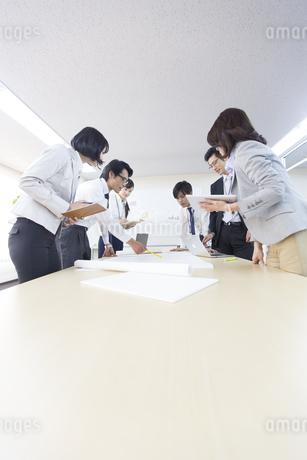 会議中のビジネス男女の写真素材 [FYI02971702]