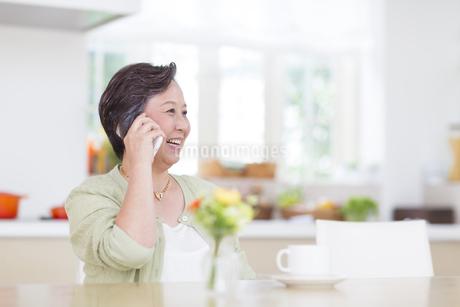 スマートフォンで話すシニア女性の写真素材 [FYI02971703]