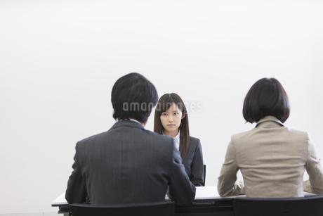 面接を受ける女性の写真素材 [FYI02971710]
