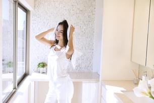タオルで髪を乾かす女性の写真素材 [FYI02971714]