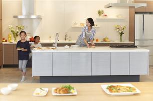 テーブルに食事を用意する親子の写真素材 [FYI02971720]