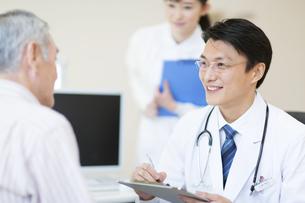 患者に問診をする男性医師の写真素材 [FYI02971723]