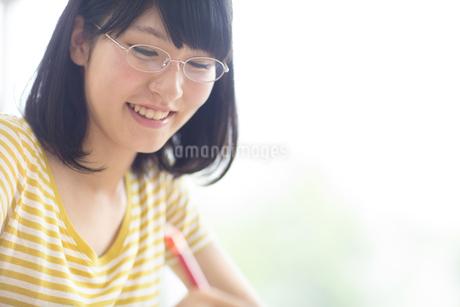 ノートをとる女子学生の写真素材 [FYI02971724]