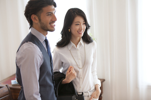 微笑む男性と女性のポートレートの写真素材 [FYI02971728]