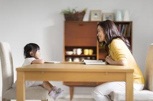 ダイニングテーブルでくつろぐ親子の写真素材 [FYI02971745]
