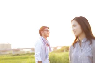 土手で遠くを眺める男性と女性の写真素材 [FYI02971749]