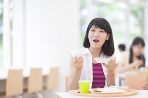 学食で食事をする女子学生のポートレートの写真素材 [FYI02971757]