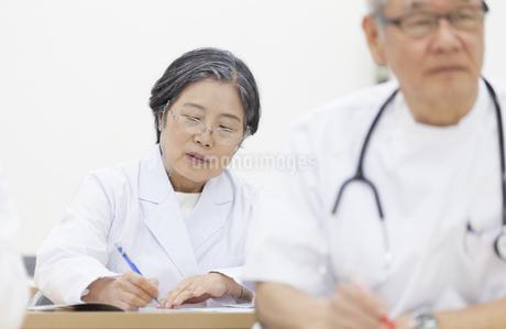 会議中の女性医師の写真素材 [FYI02971760]