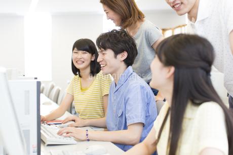パソコン教室で会話をする学生たちの写真素材 [FYI02971761]